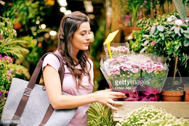 Giovane donna acquisto di fiori sul mercato