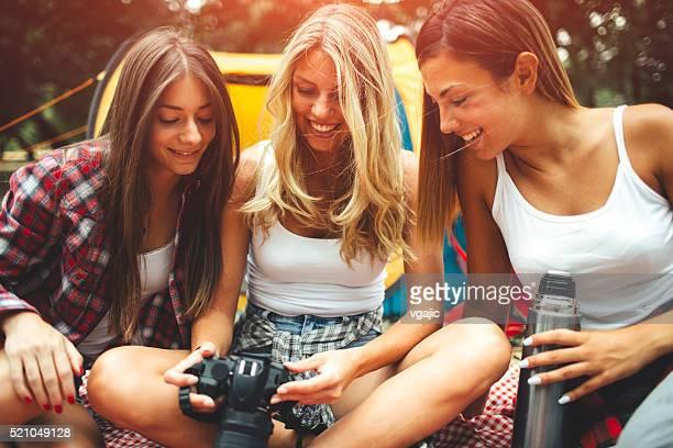 Junge Frauen Camping zusammen.