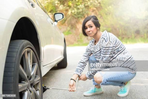 Jóvenes, cambiar una rueda pinchada