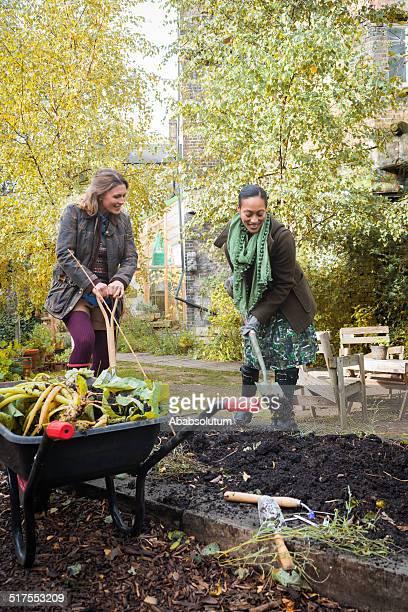 Junge Frauen sitzen In städtischen City Garden, London, Europa