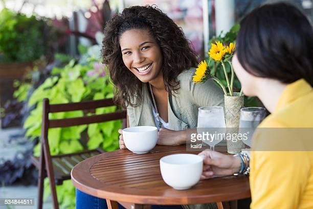 コーヒーを飲みながらの若い女性
