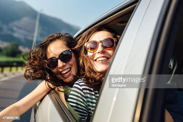 Giovane donna godendo viaggio, capelli nel vento