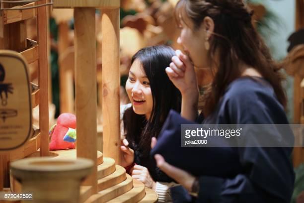 ドミノのゲームを楽しんでいる若い女性