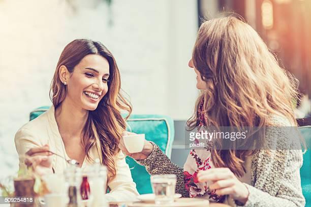 Junge Frauen Freunde trinken Tee und Kaffee
