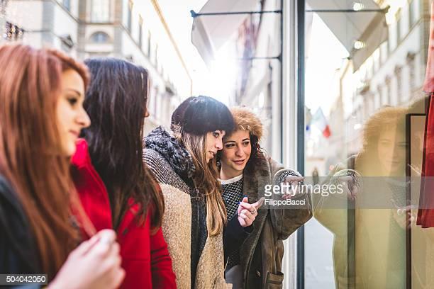 Junge Frauen Freunde haben gemeinsam Shopping