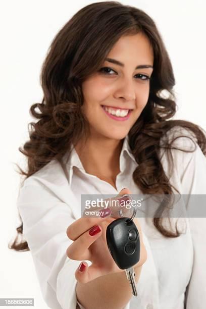 Junge Frauen verleiht dem Auto Schlüssel