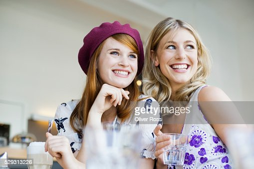 Young women in cafe : Stockfoto
