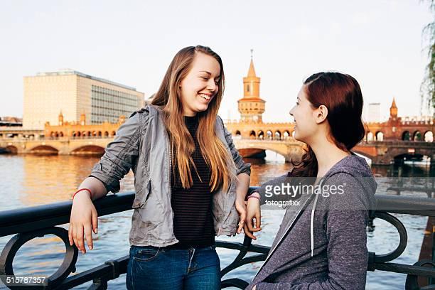 Junge Frauen vor dem oberbaum-Brücke in Berlin