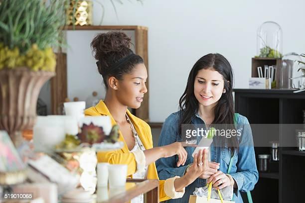 Mujeres jóvenes en tienda minorista