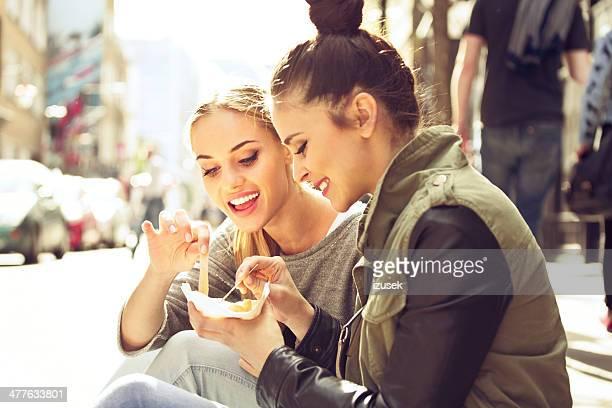 Mujeres jóvenes en la ciudad