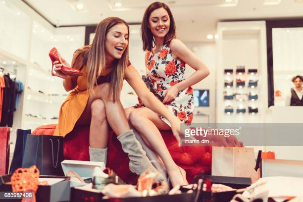Jonge vrouwen in het winkelcentrum