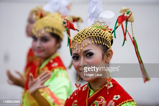 Young women in traditional costume. : Bildbanksbilder