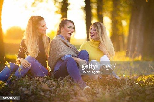 Mulheres Jovens Rir : Foto de stock