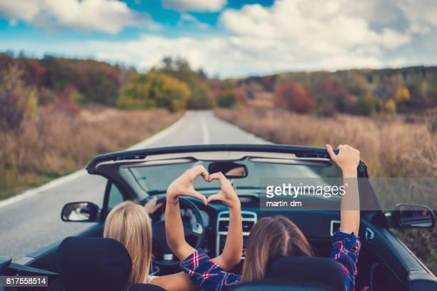 Jeunes femmes sur un road trip avec cabriolet