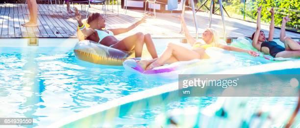Jonge vrouwen op pool party