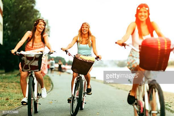Jeunes femmes sur les vélos.