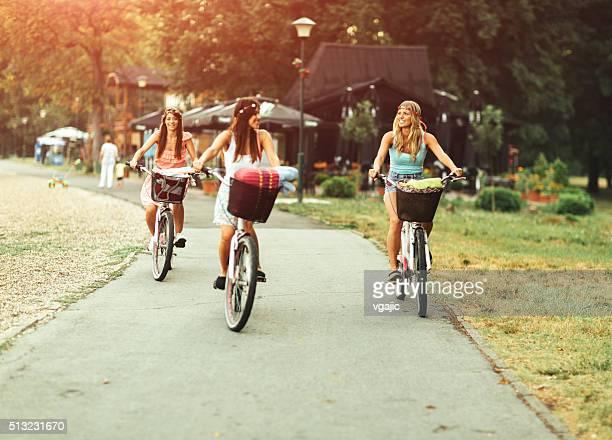 Junge Frauen auf dem Fahrrad.