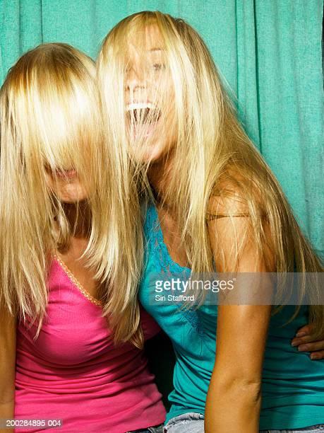Junge Frauen spielt im photo booth