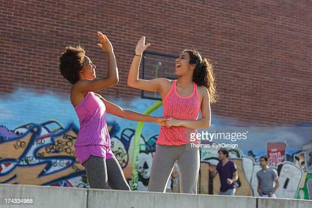 Junge Frauen spielen Basketball