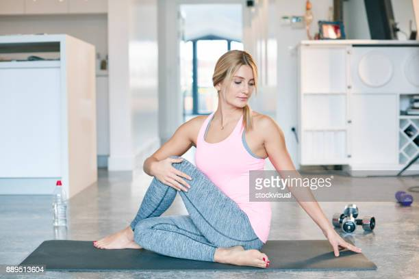Junge Frauen praktizieren Yoga im Haus
