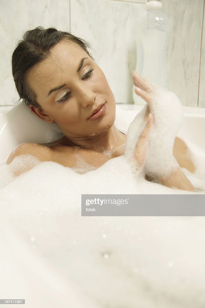 Junge Frau entspannt in Ihrem Bad : Stock-Foto