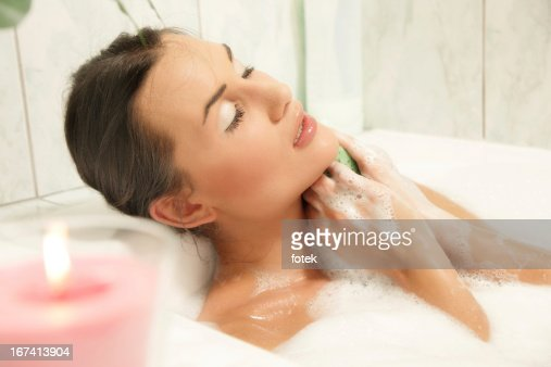 Young women relaxing in her bath : Stockfoto