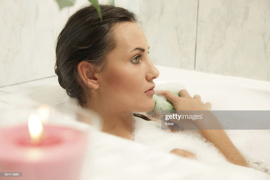 Young women relaxing in her bath : Stockfoto