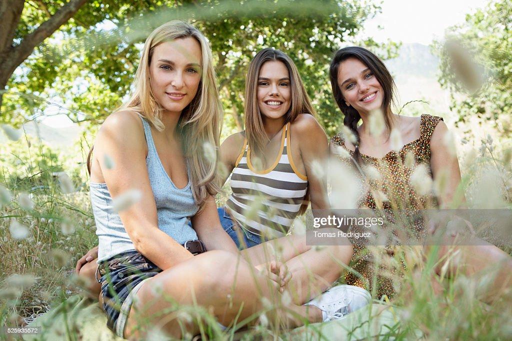 Young women relaxing : Foto de stock