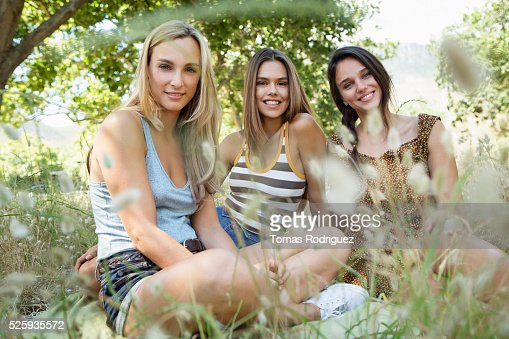 Young women relaxing : Stockfoto