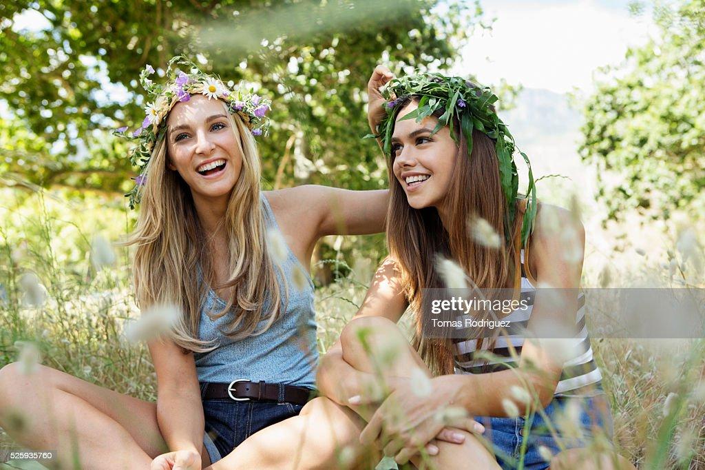 Young women relaxing : Bildbanksbilder