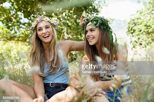 Young women relaxing : Foto de stock