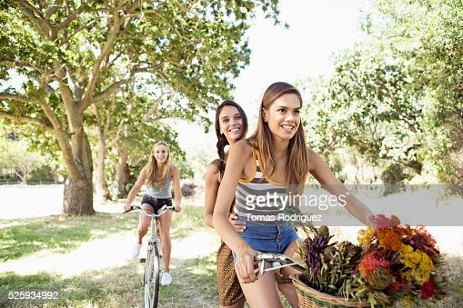 Young women riding bicycles : Stockfoto