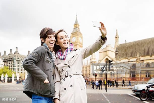 Jeunes femmes tirer un selfie près de Londres, Big Ben