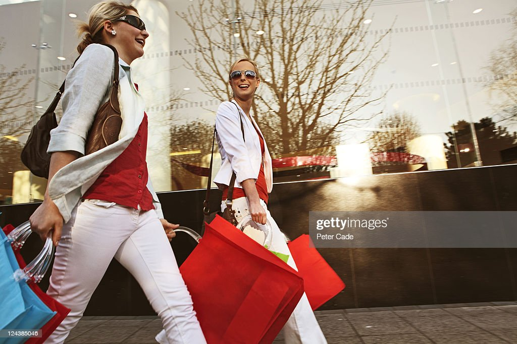 young women shopping : Foto de stock