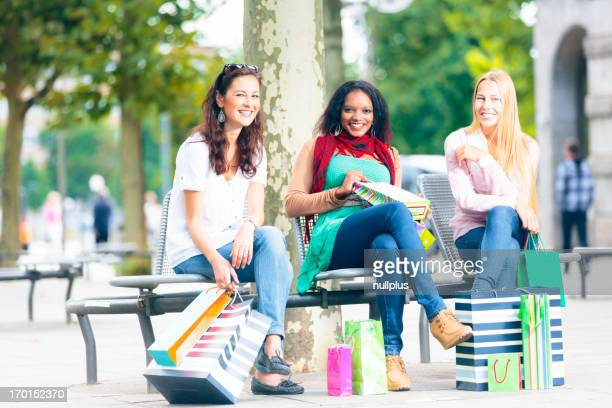 Junge Frauen shopping