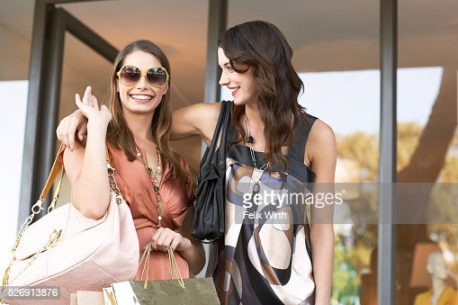Young women shopping : Stockfoto