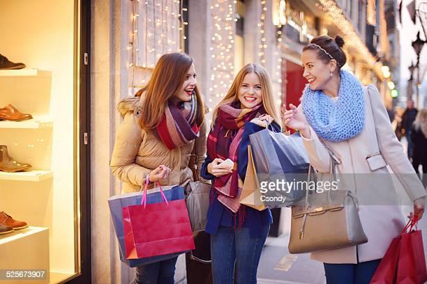 Junge Frauen shopping zusammen
