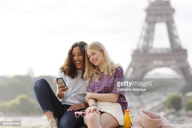 2 young women visiting Paris