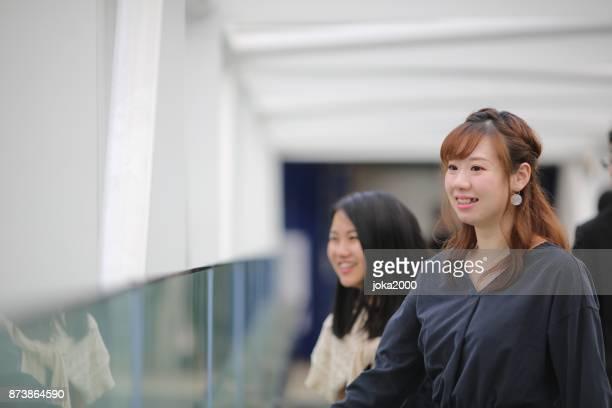 廊下を歩く若い女性