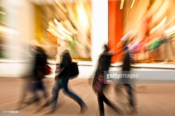 Junge Frauen Gehen Sie Shopping Street, Bewegungsunschärfe