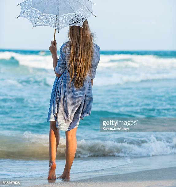 若い女性、傘ビーチの