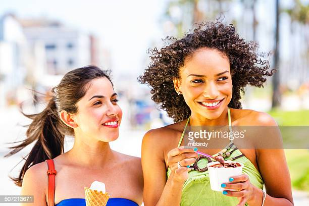 Jeunes femmes avec des glaces