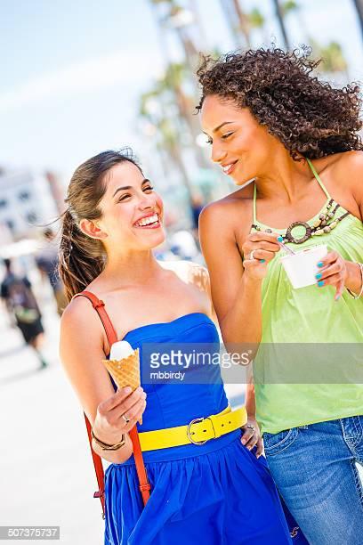 Junge Frauen mit Eiscrème