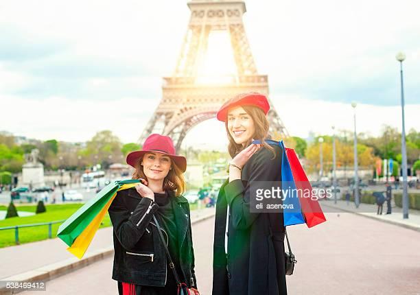 Junge Frauen mit Einkaufstaschen auf den Eiffelturm, Paris