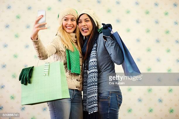 Jeunes femmes avec des sacs