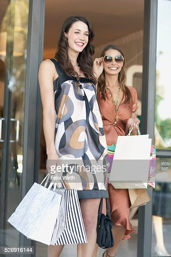 Young women with shopping bags : Bildbanksbilder
