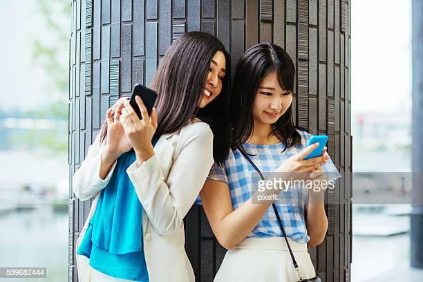 スマートフォンと若い女性