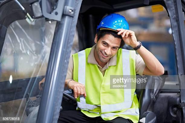 Jeune Travailleur assis dans un chariot élévateur camion