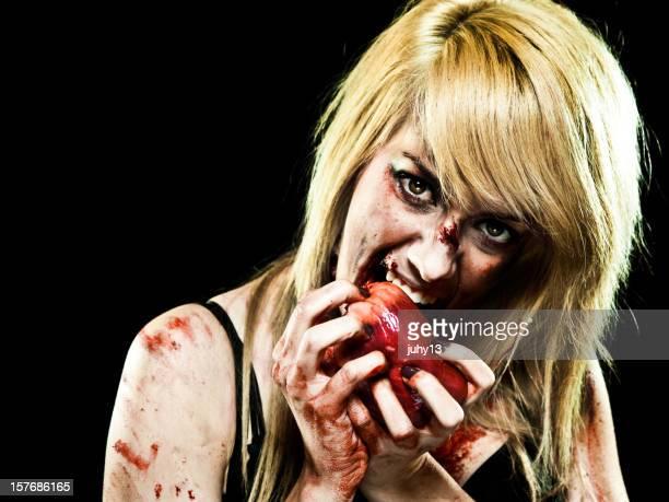Jeune Zombie fille avec un Coeur humain