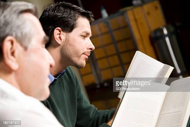 Jeune homme lisant avec eux et plus